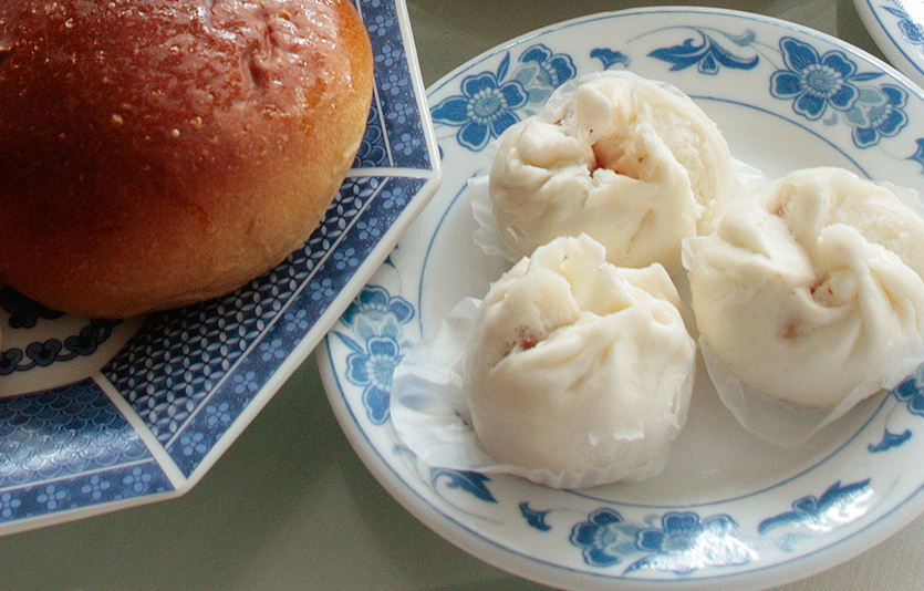Honey Pork Buns and Steamed Pork Buns at Great Wall Chinese Restaurant, New Haven, CT.Photograph Copyright 2012, Chuck Dorris, eDining.us.